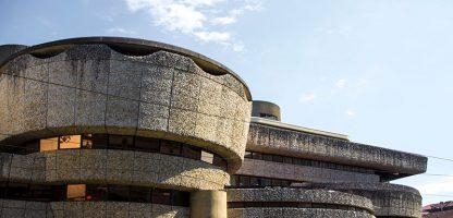 Extérieur de l'ancienne Caisse d'Épargne de Mériadeck Bordeaux réouverte pour des installations AV lors des festivals Echo A Venir et accès)s(